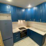 кухня з фарбованими синіми фасадами