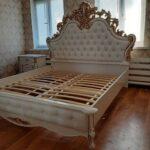спальня в золотистому кольорі